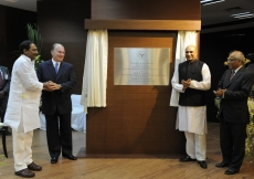 Unveiling of the plaque commemorating the inauguration of the Aga Khan Academy. (Hyderabad, 2013) AKDN / Gary Otte