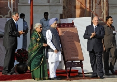 (From L to R): Chairman Ratan Tata of the Sir Dorabji Tata Trust, Minister Chandresh Kumari Katoch, Prime Minister Manmohan Singh, and Mawlana Hazar Imam inaugurate the restoration of Humayun's Tomb on 18 September 2013.