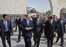 Mawlana Hazar Imam speaks with Jamati leaders as they walk from Dubai Park to the Ismaili Centre.