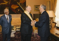 His Excellency President Marcelo Rebelo de Sousa congratulates Mawlana Hazar Imam after decorating him with one of Portugal's highest honours, the Grand Cross of the Order of Liberty. AKDN / Antonio Pedrosa