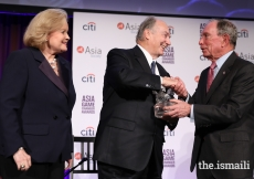 Mawlana Hazar Imam being presented Asia Society's 2017 Asia Game Changer Lifetime Achievement Award by Michael Bloomberg and Sharon Rockefeller.