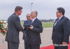 Mayor Joe Zimmerman presents Mawlana Hazar Imam with a Key to the City of Sugar Land in recognition of his Diamond Jubilee.