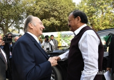 Mawlana Hazar Imam welcomes Honourable Vice President Shri. M. Venkaiah Naidu to the inauguration ceremony of Sunder Nursery in New Delhi, India.