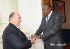 His Excellency President Uhuru Kenyatta welcomes Mawlana Hazar Imam to the State House in Nairobi