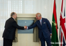 Mawlana Hazar Imam and HRH The Prince of Wales unveil a plaque to commemorate the opening of the Aga Khan Centre.