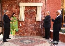 Mawlana Hazar Imam and Aga Khan University President Firoz Rasul appreciate the generosity of CIME donors Mr Bashir Dawood and Mrs Mariyam Bashir Dawood, at the inauguration ceremony.