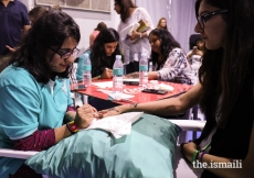 Artistic volunteers applied mehndi for Jamati members at the Pátio Mela.