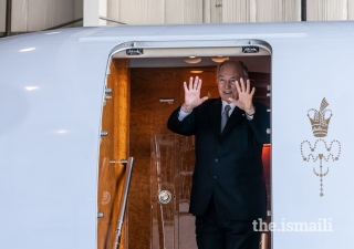 Mawlana Hazar Imam waves goodbye to Jamati leaders assembled at the Calgary airport at the conclusion of his Diamond Jubilee visit to Canada.
