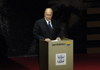 Mawlana Hazar Imam giving the laudatory address for Viktor Yushchenko, President of The Ukraine, at the 2006 Die Quadriga Award Ceremony.