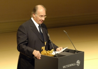 Mawlana Hazar Imam gives his acceptance speech after receiving the Die Quadriga 2005 prize in recognition of his life's work in helping the poorest regions of the world.
