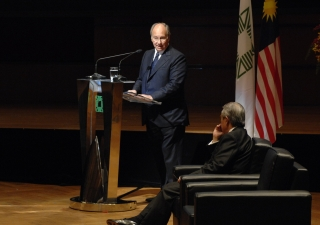 Mawlana Hazar Imam addresses the gathering at the 2007 Aga Khan Award for Architecture ceremony.