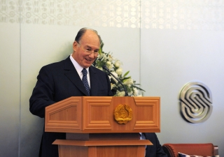 Mawlana Hazar Imam addressing guests at the inauguration of the Dushanbe Serena Hotel.