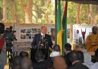 Mawlana Hazar Imam addresses guests at the Inauguration of the Bamako Park.