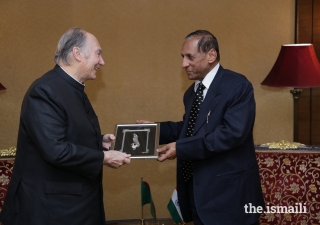 Honourable Governor Shri E.S.L. Narasimhan presents Mawlana Hazar Imam with a gift at the Raj Bhavan on the occasion of his visit to Hyderabad.