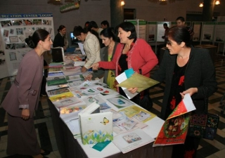 Nafisa Gulshaeva, a staff member of the AKF-supported Institute of Professional Development in Dushanbe, discusses teaching resources with visitors.