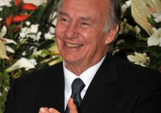 Mawlana Hazar Imam applauds during the dinner with Tanzanian institutional leaders.