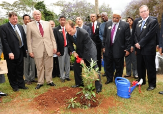 Prince Hussain plants a silver oak tree in the presence of David Boyer, Senior Director, Prince Sadruddin Fund for the Environment; Aziz Bhaloo, AKDN Resident Representative in Kenya; Dr Wing-Kun Tam, Lions Clubs International President; Murtaza Dungarwal