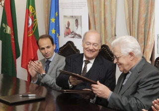 His Eminence Dom José Policarpo, Cardinal Patriarch of Lisbon, and Prince Amyn, Director of the Aga Khan Foundation, sign the renewal of a partnership agreement to improve the quality of life of marginalised groups in Greater Lisbon.