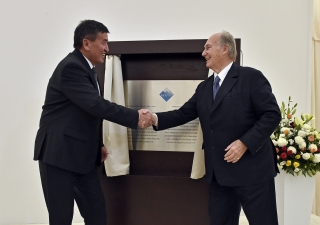 Mawlana Hazar Imam and Kyrgyz Prime Minister Sooronbay Jeenbekov congratulate one another after unveiling the plaque marking the inauguration of the UCA Naryn Campus. Gary Otte
