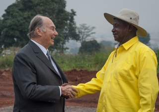 Mawlana Hazar Imam and President Yoweri Museveni on the land granted in Nakawa for the new Aga Khan University Hospital, Kampala. AKDN / Will Boase