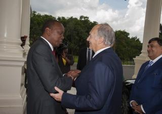 Arriving for Jamhuri Day celebrations at State House, Mawlana Hazar Imam is greeted by Kenyan President Uhuru Kenyatta. Aziz Islamshah
