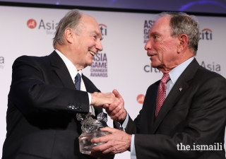 Mawlana Hazar Imam being presented Asia Society's 2017 Asia Game Changer Lifetime Achievement Award by Michael Bloomberg
