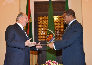 Mawlana Hazar Imam receives the Aga Khan University Charter from President Jakaya Kikwete at the State House on 23 February 2015. AKDN / Zahur Ramji