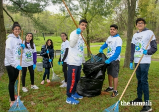 Alameda, California, volunteers showing the Jamat how to be more eco-friendly.