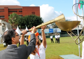 Ismaili Council President Nawaaz Gulam and National Team Kenya Games Coordinator Reshma Khan light the torch symbolising the start of the Ismaili Games Kenya 2015. Ejaz Karmali