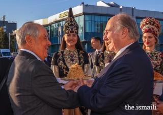 Mawlana Hazar Imam is greeted at Kazan International Airport by Mintimer Shaimiev, State Counsellor of Tatarstan.