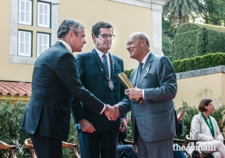 Miguel Pereira Leite, President of the Municipal Assembly of Porto, congratulates Prince Amyn upon his conferral of the Medal of Honour of Porto.