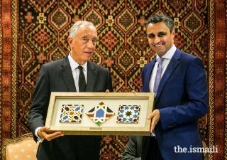 President of the Ismaili Council for Portugal, Rahim Firozali, offers a replica Ismaili Centre tile to the President of the Portuguese Republic Marcelo Rebelo de Sousa. ,
