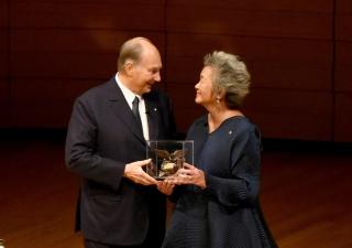 Adrienne Clarkson presents Mawlana Hazar Imam with the Adrienne Clarkson Prize for Global Citizenship in Toronto's Koerner Hall. Vazir Karsan